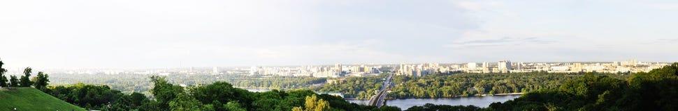 从桥梁的风景在绿色公园 库存图片
