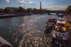 从桥梁的鸟瞰图在埃佛尔铁塔的锡耶纳在反对暮色天空的巴黎在晚上夏时 巴黎- 8月 库存图片