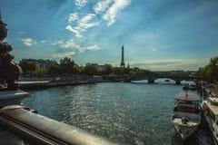 从桥梁的鸟瞰图在埃佛尔铁塔的锡耶纳在反对暮色天空的巴黎在晚上夏时 巴黎- 8月 免版税库存图片