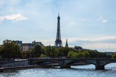 从桥梁的鸟瞰图在埃佛尔铁塔的锡耶纳在反对暮色天空的巴黎在晚上夏时 巴黎- 8月 免版税库存照片