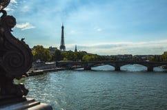 从桥梁的鸟瞰图在埃佛尔铁塔的锡耶纳在反对暮色天空的巴黎在晚上夏时 巴黎- 8月 库存照片