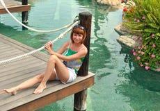 桥梁的Yobeautiful女孩在池塘附近 库存图片