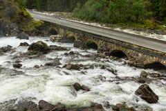 桥梁老石头 平交道口河 Latefoss,挪威 免版税库存照片