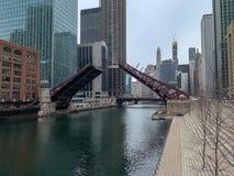 桥梁被上升在迪尔伯恩街在芝加哥 免版税图库摄影
