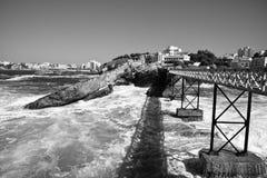 桥梁观光的le rocher de la vierge的,比亚利兹,巴斯克国家,法国游人 库存图片