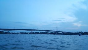 桥梁视图在河 免版税图库摄影