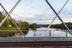 桥梁视图在黎明 免版税库存照片