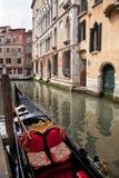 桥梁运河长平底船意大利副小的威尼&# 免版税库存照片