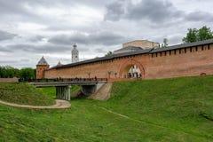 桥梁通过对Veliky诺夫哥罗德克里姆林宫(Deti的护城河 库存照片