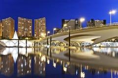桥梁通过晚上城市的河 库存照片