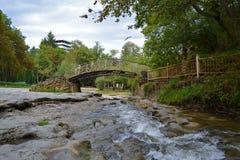 桥梁通过河在Kislovodsk公园  免版税库存照片