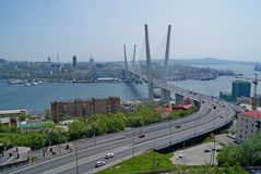 桥梁通过海湾金黄垫铁 库存照片