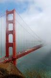 桥梁金黄雾的门 免版税库存图片