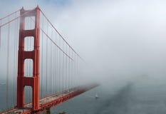 桥梁金黄雾的门 库存照片