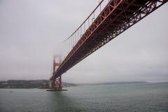桥梁金黄雾的门 库存图片