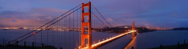 桥梁金黄黄昏的门 库存图片