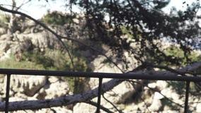 桥梁铁扶手栏杆在海背景的  ?? 从桥梁的吻合风景有对岩石和蓝色的铁扶手栏杆的 影视素材
