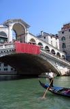 桥梁长平底船在威尼斯之下的意大利rialto 免版税库存照片