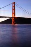 桥梁门发光的金黄日落塔 库存图片