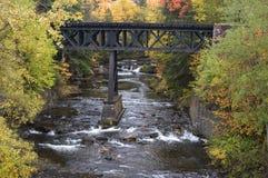 桥梁颜色秋天横向铁路瀑布 免版税库存图片