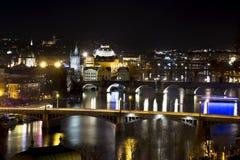 桥梁风景看法在伏尔塔瓦河河的和布拉格的历史中心夜 免版税库存图片