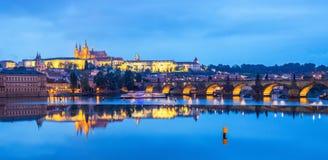 桥梁风景看法在布拉格,布拉格,捷克Rapubl的伏尔塔瓦河河和历史中心的 库存照片