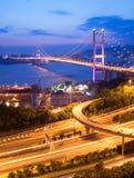 桥梁香港ma tsing晚上的场面 免版税图库摄影
