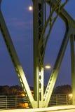 桥梁高视阔步和月亮 免版税库存照片