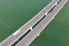 桥梁鸟瞰图在水库和车的 免版税库存照片