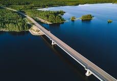 桥梁鸟瞰图横跨蓝色湖的夏天风景的在芬兰 免版税库存照片