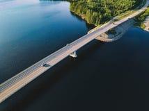 桥梁鸟瞰图横跨蓝色湖的夏天风景的在芬兰 图库摄影