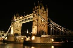 桥梁黑暗的nigth塔 库存图片