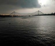 桥梁,下雨offlight的kolkata clude 库存图片