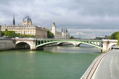 桥梁,塞纳河,宫殿 库存照片