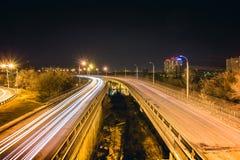 桥梁,曲线路,夜城市风景, freezelight汽车光,长的曝光, 免版税库存照片