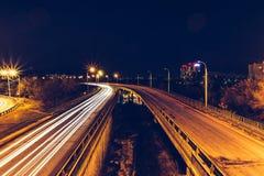 桥梁,曲线路,夜城市风景, freezelight汽车光,长的曝光, 免版税库存图片