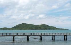 桥梁延伸到海 库存图片
