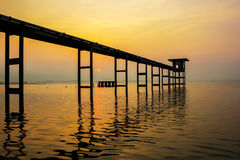 桥梁延伸到水库在轰隆Phra水库Ch 免版税库存照片