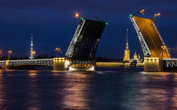 桥梁 北部欧洲,圣彼得堡,俄罗斯 夜夏天照片 图库摄影