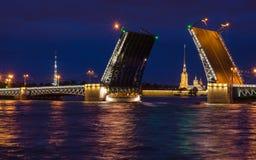 桥梁 北部欧洲,圣彼得堡,俄罗斯 夜夏天照片 库存照片