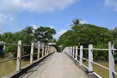 桥梁去河小岛 免版税图库摄影