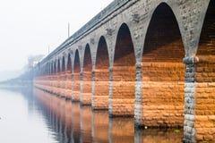 桥梁建筑师水反射 免版税图库摄影