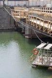 桥梁建筑/修理在河 库存图片