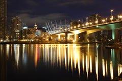 桥梁cambie商展长的街道微明温哥华 免版税库存照片