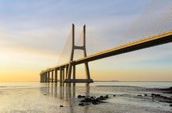 桥梁da gama里斯本日出瓦斯考 免版税库存照片