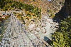 桥梁en珠穆琅玛喜马拉雅山途径暂挂 免版税库存照片