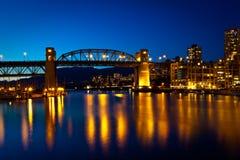 桥梁granville BC街道日落温哥华 免版税库存照片