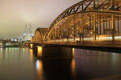 桥梁hohenzollern大教堂的科隆香水 免版税库存图片