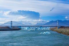 桥梁Jokulsarlon冰河盐水湖的海峡 免版税图库摄影