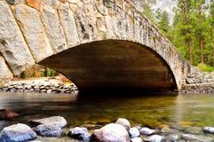 桥梁merced在河 免版税库存照片